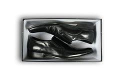 Paare der schwarzen ledernen Schuhe innerhalb eines Kastens Stockfotografie