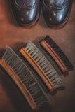 Paare der schwarzen modernen Brogues mit Bürsten Stockfotos