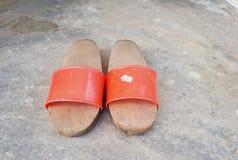 Paare der selbst gemachten traditionellen hölzernen Schuhe Lizenzfreie Stockfotos