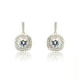 Paare der silbernen Diamantohrringe lokalisiert auf Weiß Lizenzfreie Stockbilder
