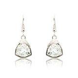 Paare der silbernen Diamantohrringe lokalisiert auf Weiß Stockfotos