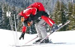 Paare der Skifahrer, die Spaß haben Stockbilder