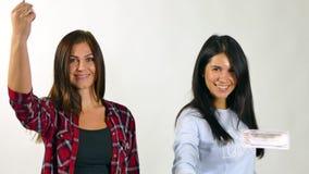 Paare der Stellung der Frau im Regen vom Geld Langsame Bewegung stock video footage