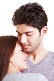 Paare in der streichelnden Liebe Stockfoto