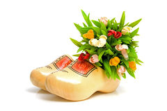 Paare der traditionellen holländischen gelben hölzernen Schuhe Stockbilder