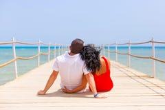 Paare in der Umarmung, die auf dem Pier von Rotem Meer stillsteht Lizenzfreie Stockbilder