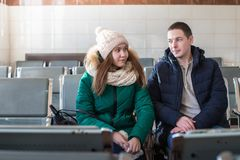 Paare in der warmen Kleidung im Warteraum an der Station Lizenzfreies Stockfoto