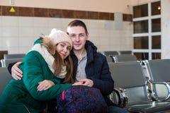 Paare in der warmen Kleidung im Warteraum an der Station Stockfotos