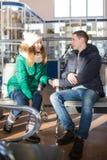 Paare in der warmen Kleidung im Warteraum an der Station Stockbild