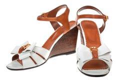 Paare der weiblichen Sandalen stockbild