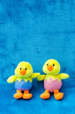 Paare der weichen Spielzeug Ostern-Babyküken auf blauem Hintergrund Stockfotografie