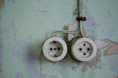 Paare der Weinlese verstopfen Sockel auf fauler Wand stockfotografie