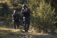Paare des Airsoft-Soldatschießens Lizenzfreie Stockbilder