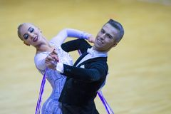 Paare des Anton Kireev- und Elina Vedenikova Performs Youth Standard-Europäer-Programms lizenzfreies stockfoto
