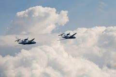 Paare des Fliegenflugzeuges Be-103 in den Wolken Stockfotografie