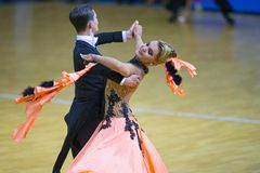 Paare des Ilia Shvaunov- und Anna Sneguir Performs Youth Standard-Europäer-Programms Stockfoto