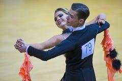 Paare des Ilia Shvaunov- und Anna Sneguir Performs Youth Standard-Europäer-Programms lizenzfreie stockbilder