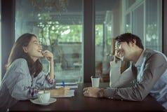 Paare des jüngeren asiatischen Mannes und der Frau, die mit heißem Kaffee sich entspannt Stockfotos
