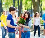 Paare des Jugendlichen auf dem Datum im Freien. Stockfotos