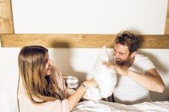 Paare des Kerls und des Mädchens im Bett lächelnd und glücklich Mädchen und Kerl verbinden das Zeigen von Neigung im Bett stockfotos