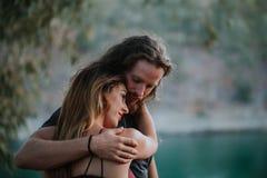 Paare des Mannes und der Frau umfasst in der Natur Lizenzfreie Stockfotografie