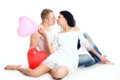 Paare des romantischen Valentinsgrußes mit Ballons Lizenzfreies Stockbild