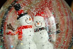 Paare des Schneemannes in einer Schnee-Kugel Stockbild