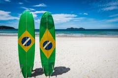 Paare des Surfbrettes von Brasilien, in großer Tropeninsel Ilha, L stockfoto