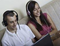 Paare des Teenagers, der Spaß hat Stockfotos