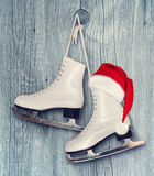 Paare des weißen Schlittschuh- und Santa Claus-Hutes - backround auf vint Stockfotografie