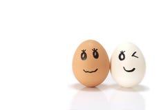 Paare des weißen und braunen Eies im Weiß Stockfotografie