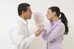 Paare, die über Ausgaben argumentieren stockfotografie