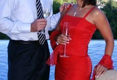 Paare, die über Champage an einem Abendessen plaudern Lizenzfreies Stockfoto