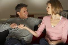 Paare, die über Fernsehsender argumentieren Lizenzfreie Stockfotos