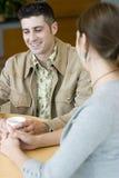 Paare, die über Kaffee sprechen lizenzfreies stockfoto