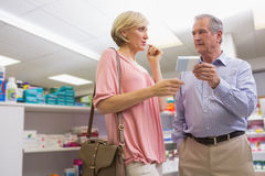 Paare, die über Medikation sprechen Lizenzfreie Stockfotografie