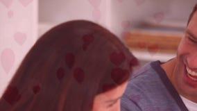 Paare, die Abendessen mit Herzen genießen stock video