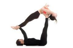Paare, die acro Yoga tun Lizenzfreie Stockfotografie