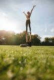 Paare, die acroyoga Übung im Park tun Lizenzfreie Stockfotografie