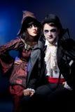Paare, die als Vampir und Hexe tragen. Stockfotografie