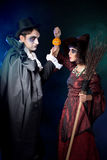 Paare, die als Vampir und Hexe tragen. Lizenzfreies Stockfoto