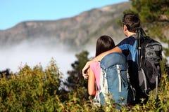 Paare, die Ansicht betrachtend wandern Stockfotos