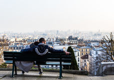 Paare, die Ansicht der Stadt genießen Lizenzfreie Stockfotos