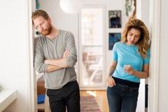 Paare, die Argumente zu Hause haben und frustriert sind Stockbilder