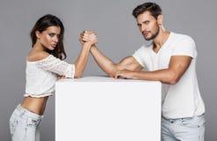Paare, die Armdr?ckenherausforderung tun lizenzfreie stockfotografie