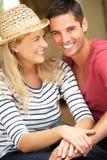 Paare, die außerhalb des Hauses sitzen Lizenzfreie Stockfotos