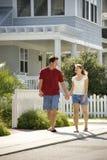 Paare, die auf Bürgersteig gehen. Stockbilder