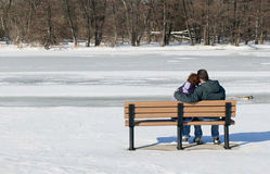Paare, die auf Bank sitzen Lizenzfreies Stockfoto