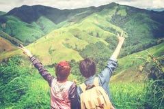 Paare, die auf Berg reisen Stockbild