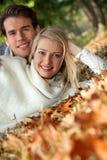 Paare, die auf Blätter legen lizenzfreie stockbilder